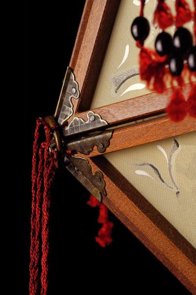 Lampada in seta Fortuny Concubine Favorita con struttura in legno dettaglio