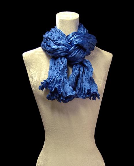 Sciarpa Fortuny di seta crepe satin blu cobalto plissettata