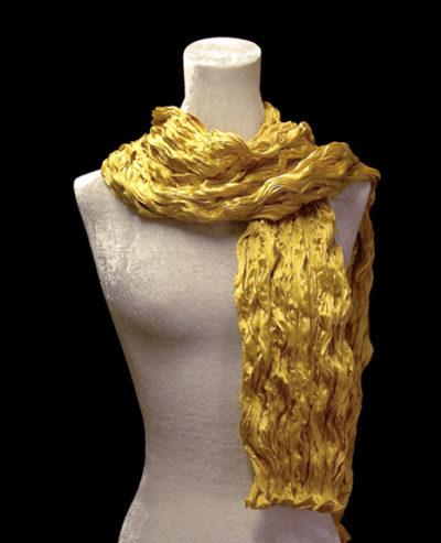 Sciarpa Fortuny di seta crepe satin oro plissettata