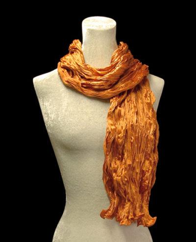 Sciarpa Fortuny di seta crepe satin arancione plissettata