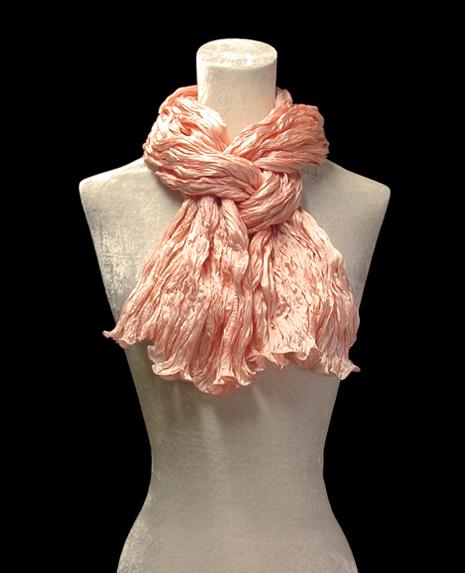 Sciarpa Fortuny di seta crepe satin rosa pesca plissettata