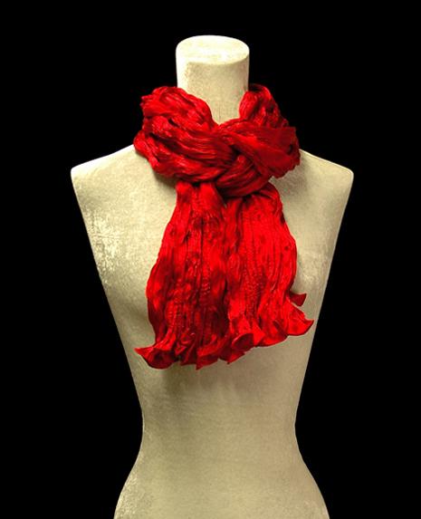Sciarpa Fortuny di seta crepe satin rossa plissettata