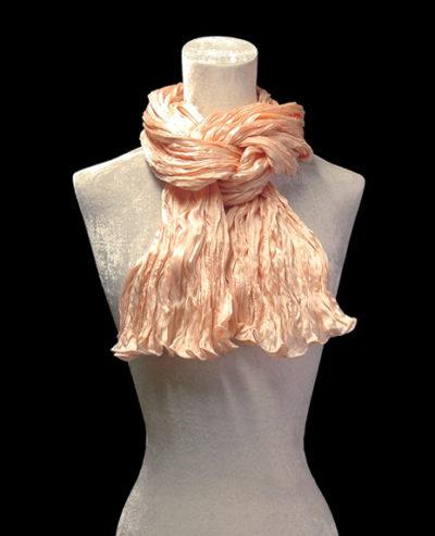 Sciarpa Fortuny in seta crepe satin rosa conchiglia plissettata