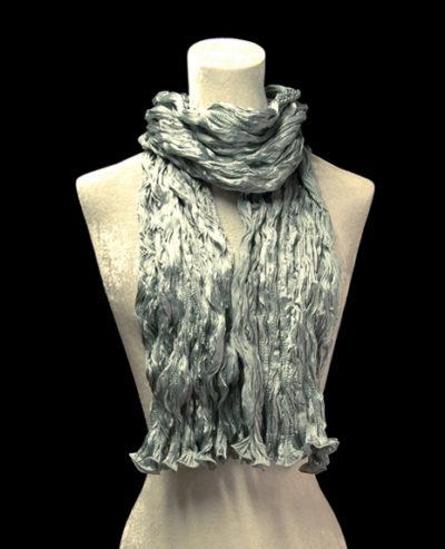 Sciarpa Fortuny di seta crepe satin grigio argento plissettata