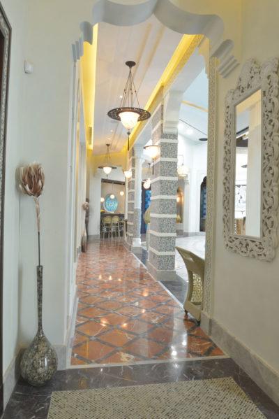 Lampada in seta Samarkanda Serpentine con anello metallico in hotel