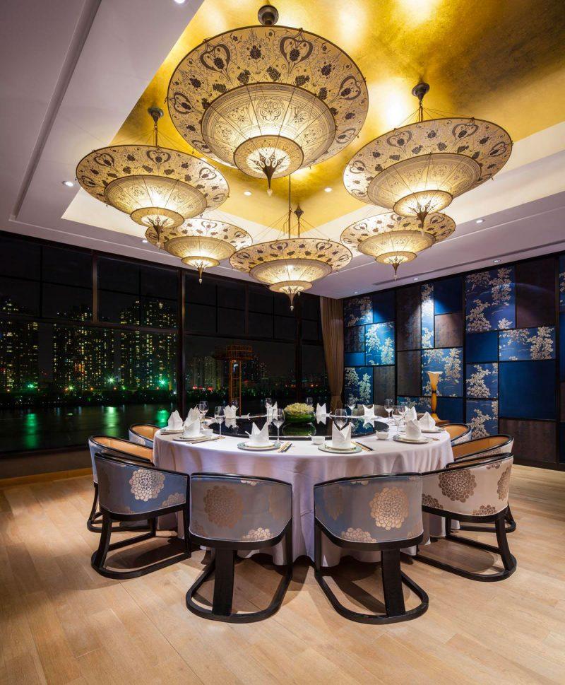 Lampada in seta Fortuny Scheherazade Geometric 3 dischi ambientata in ristorante