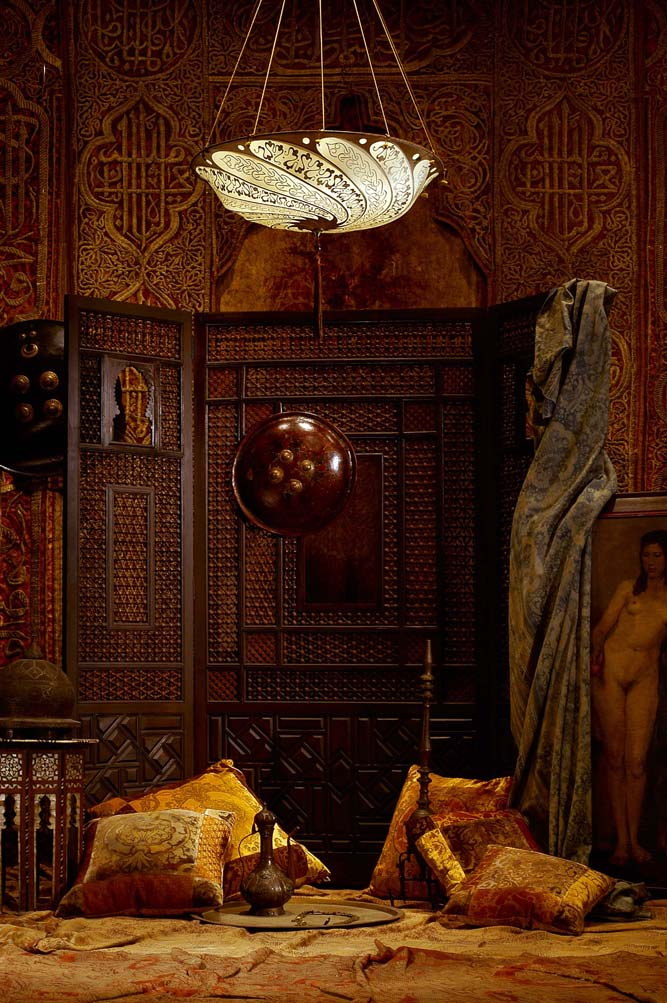 Room with Fortuny Scudo Saraceno Serpentine silk ivory lamp