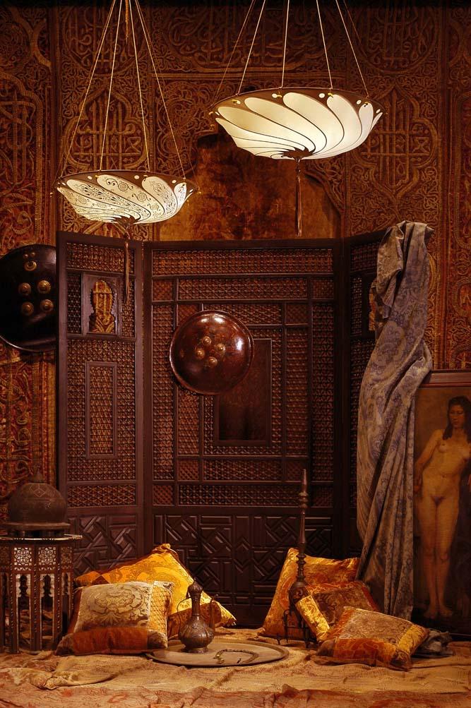 Room with Fortuny Scudo Saraceno Plain silk ivory lamp