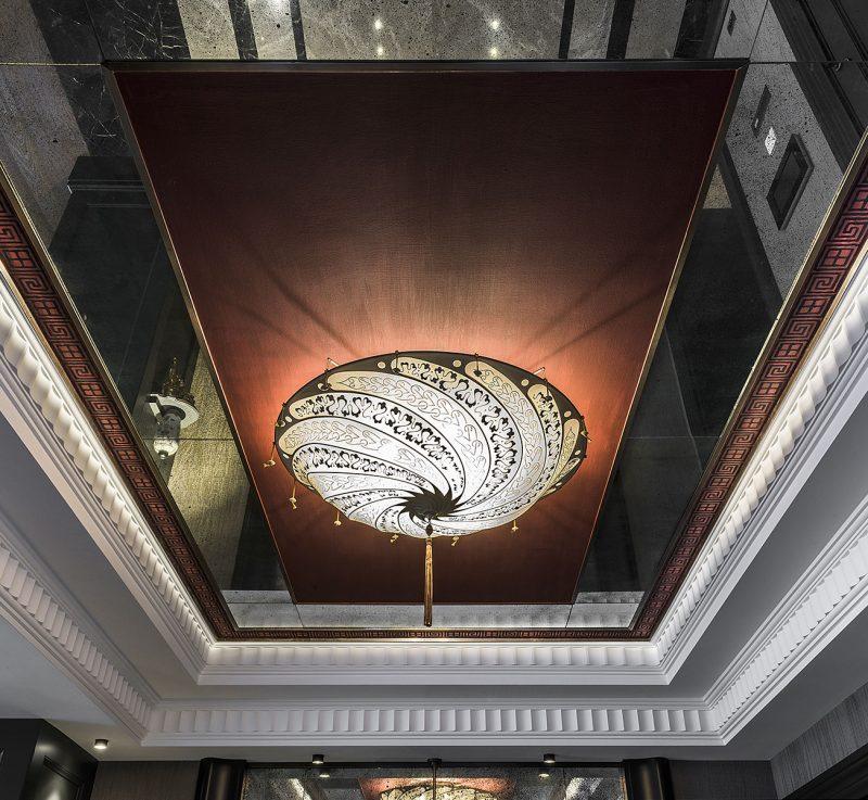 Lampada in seta avorio Fortuny Scudo Saraceno Serpentine in stanza di hotel