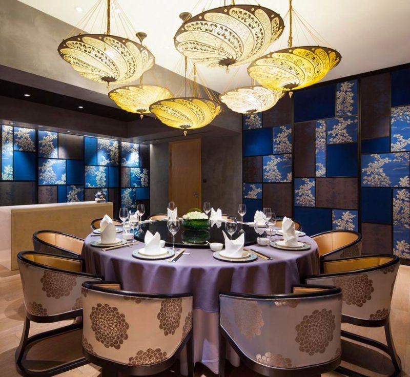 Lampada in seta avorio Fortuny Scudo Saraceno Serpentine in ristorante