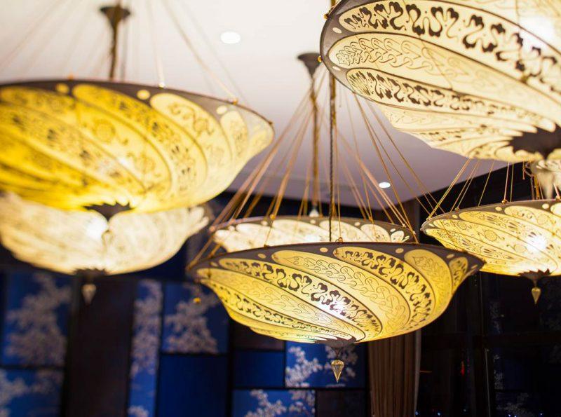 Lampada in seta avorio Fortuny Scudo Saraceno Serpentine in ristorante dettaglio