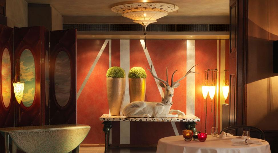 Rico's Kunststuben in Svizzera con lampade da terra e applique Fortuny Cesendello