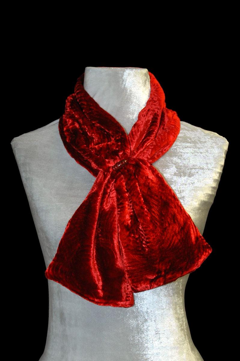Sciarpa Fortuny in velluto riccio rosso con perle in vetro di Murano