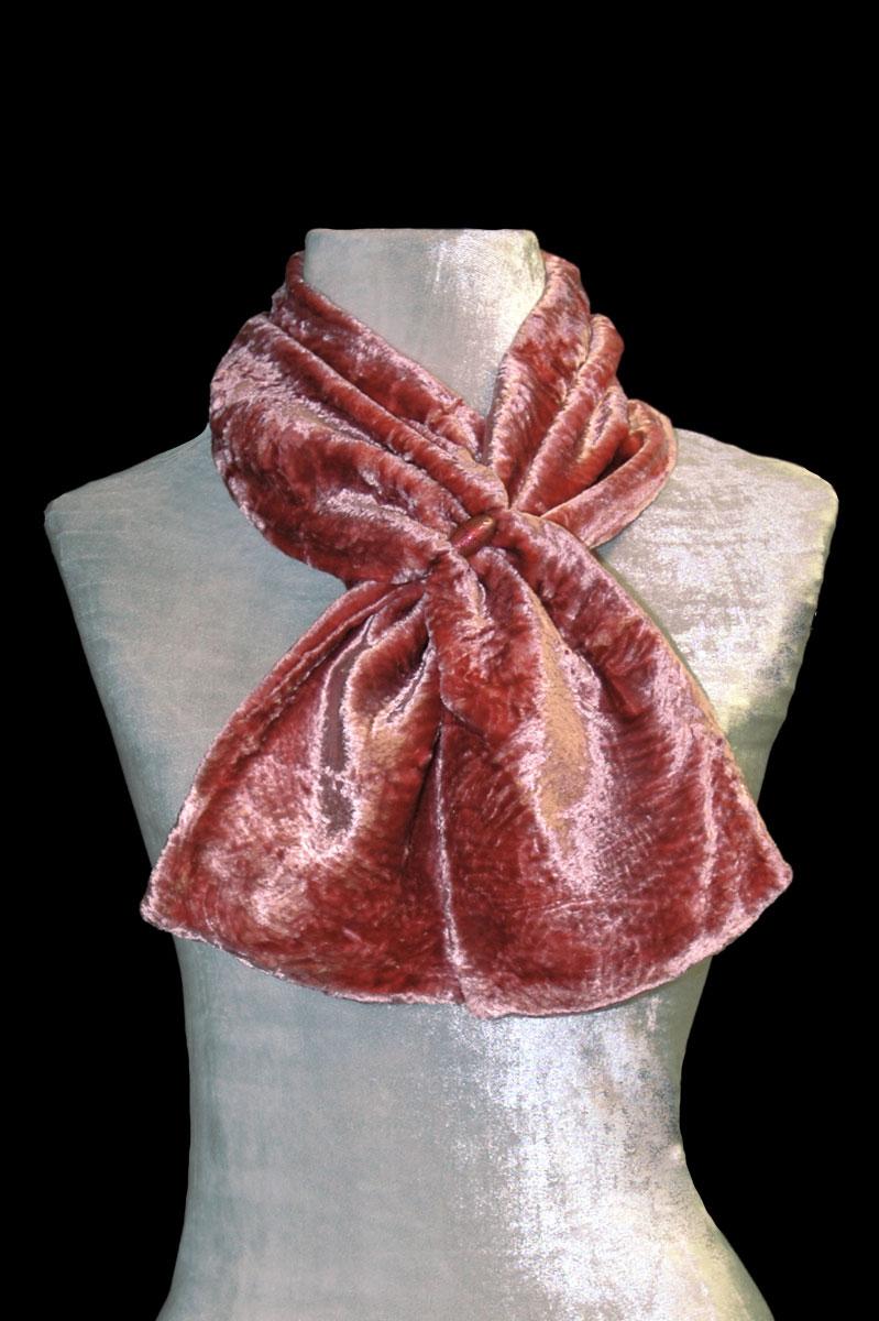 Sciarpa Fortuny in velluto riccio color cannella con perle in vetro di Murano