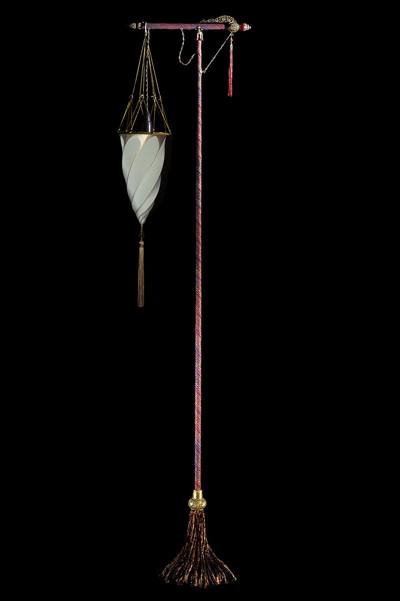 Lampada Fortuny Cesendello Plain da terra in seta grigio salvia con supporto rosso