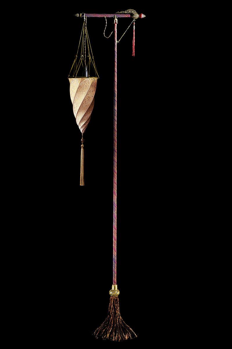 Lampada Fortuny Cesendello Classic da terra in seta salmone con supporto rosso