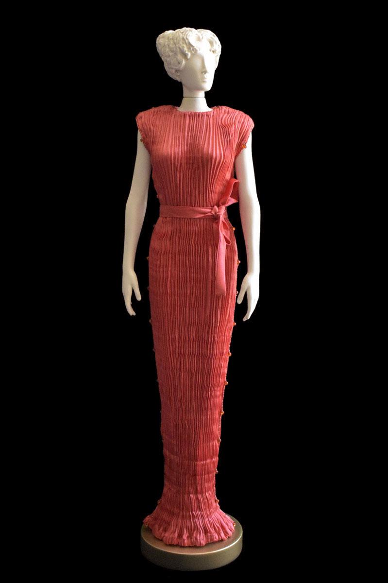 Diva - Statuetta di donna con abito Peggy plissettato in seta rosso corallo - Roman