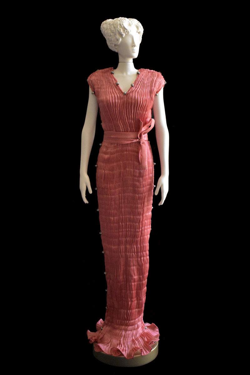 Diva - Statuetta di donna con abito Auriga plissettato in seta salmone - Roman