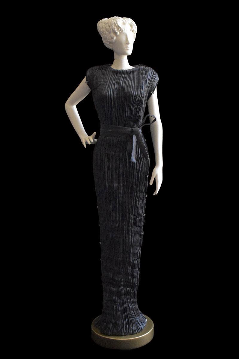 Diva - Statuetta di donna con abito Peggy plissettato in seta grigio antracite - Roman