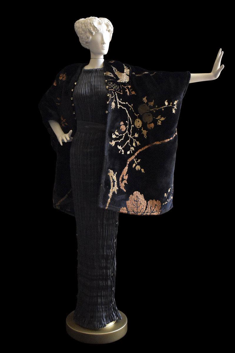 Diva- Statuetta di donna con abito plissettato in seta grigio antracite e scialle in velluto nero stampato - Roman