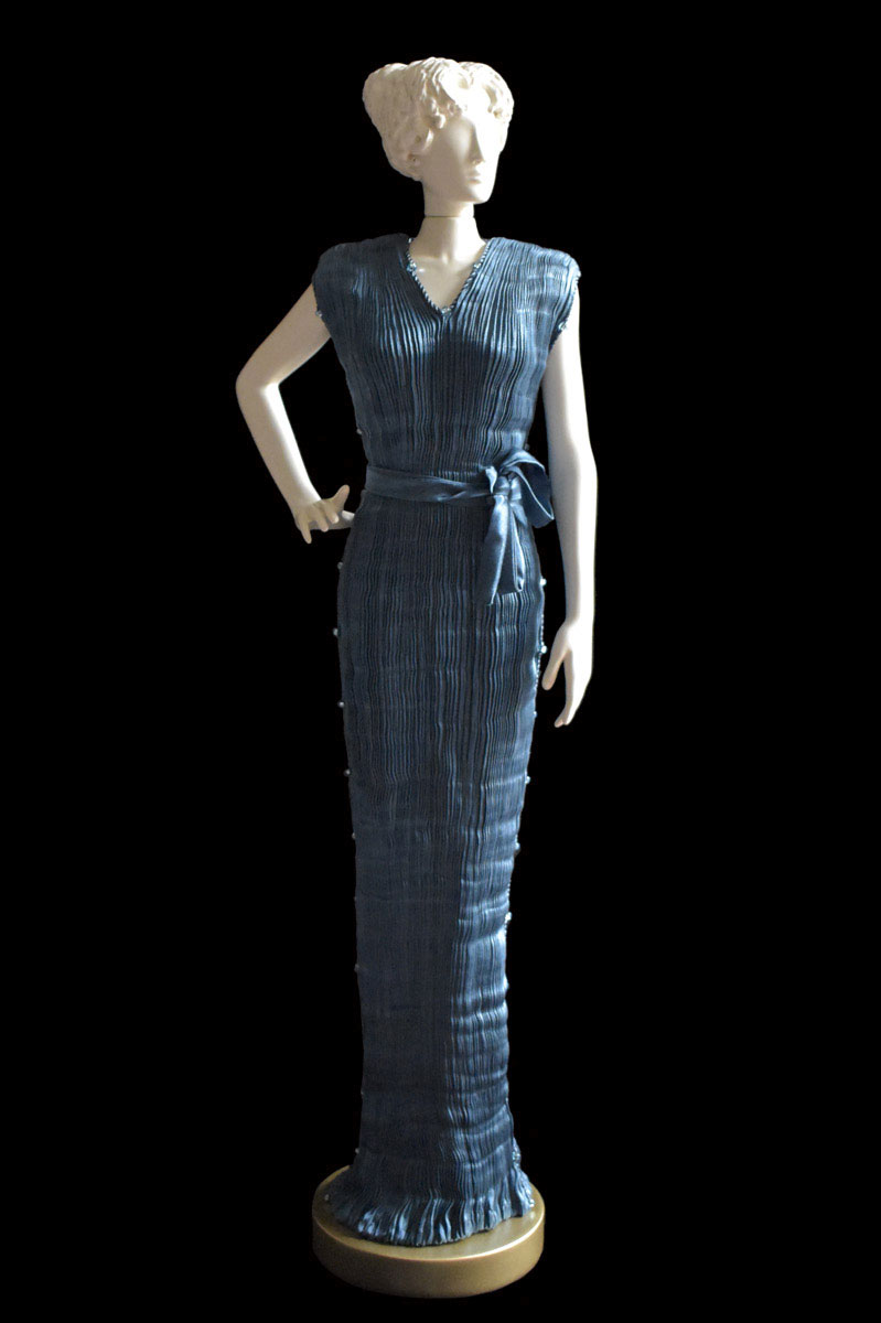 Diva - Statuetta di donna con abito Peggy plissettato in seta ottanio - Roman