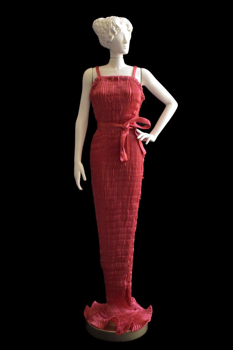 Diva - Statuetta di donna con abito Pretty plissettato in seta rossa - Roman