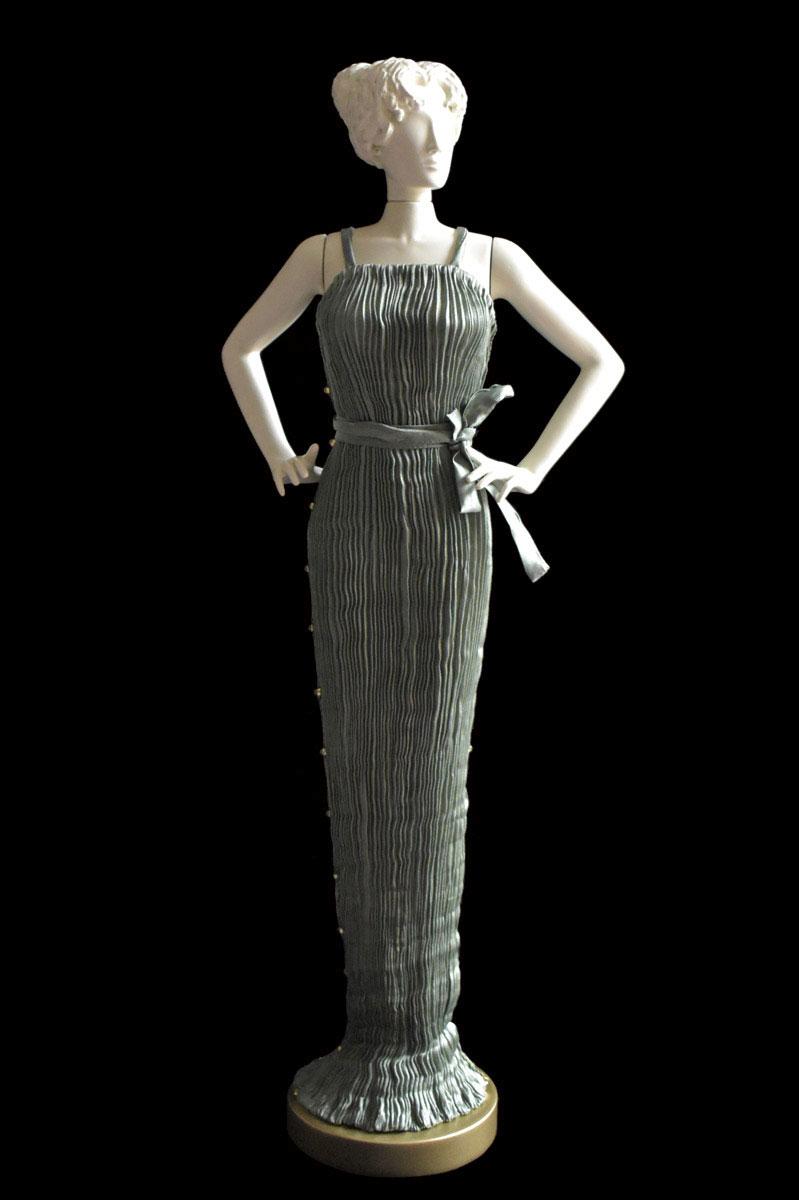 Diva - Statuetta di donna con abito Peggy plissettato in seta grigio salvia - Roman