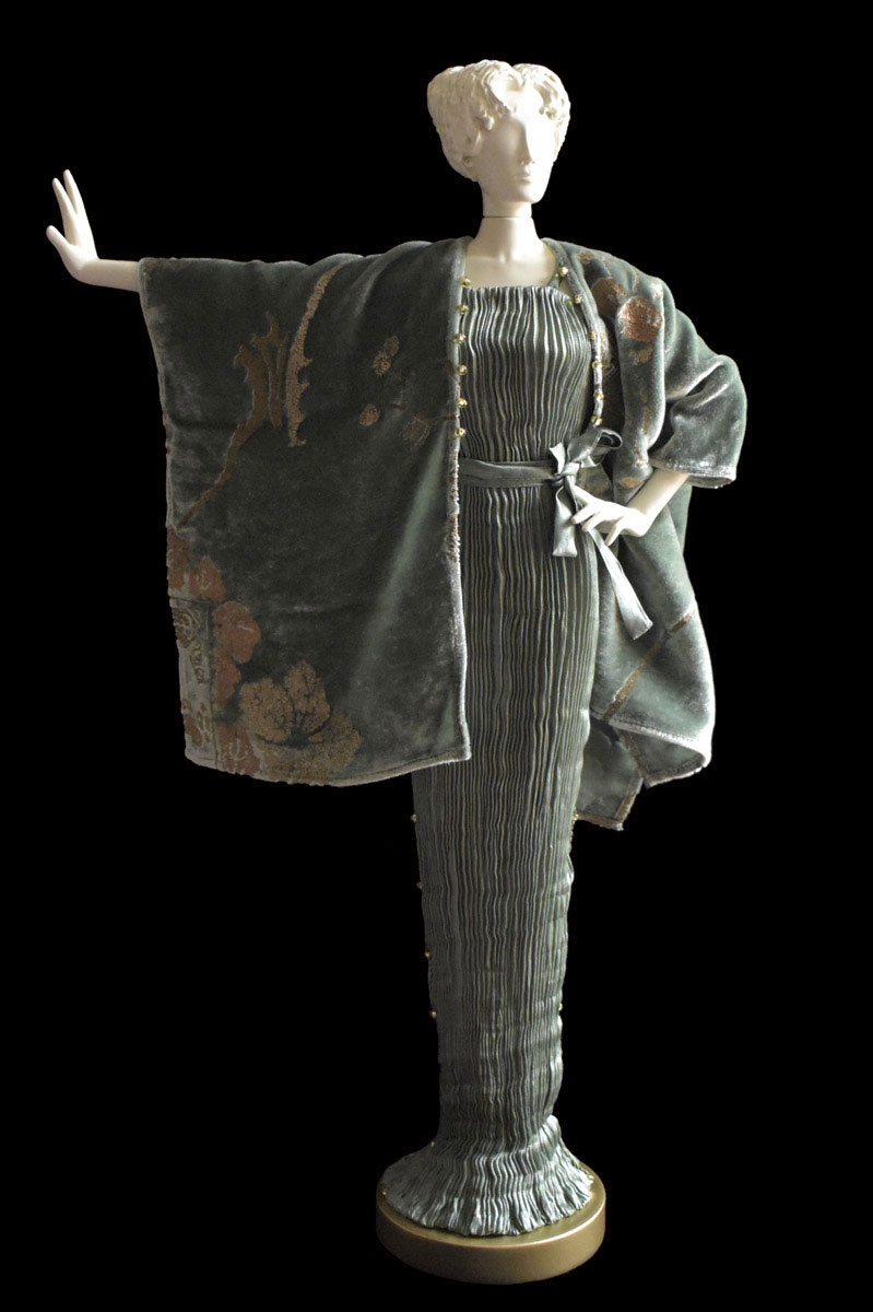 Diva - Statuetta di donna con abito Peggy plissettato in seta grigio salvia e scialle in velluto stampato - Roman