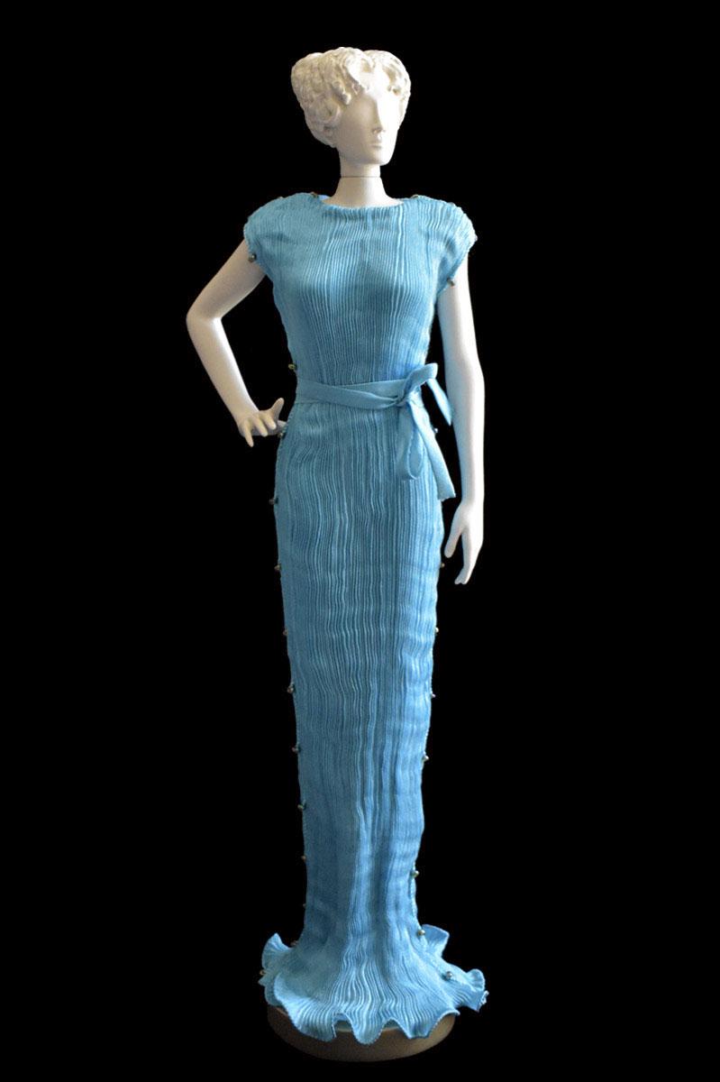 Diva - Statuetta di donna con abito Peggy plissettato in seta turchese - Roman