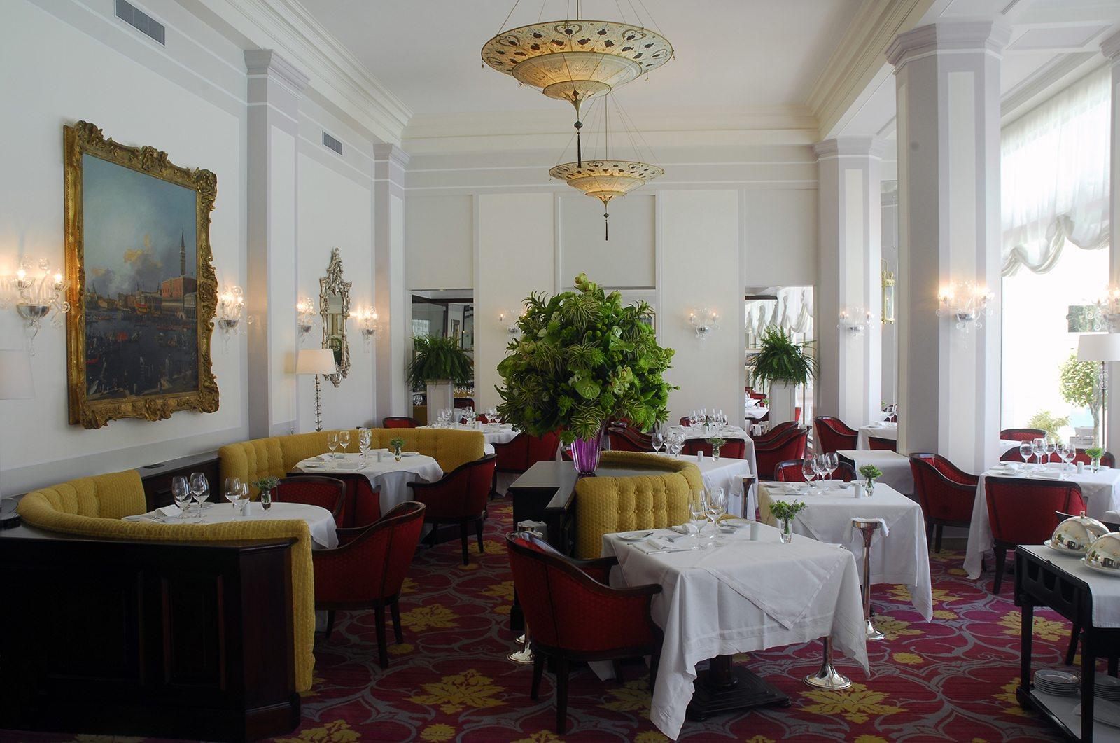 Sala ristorante Hotel Cipriani con lampade Fortuny Scheherazade