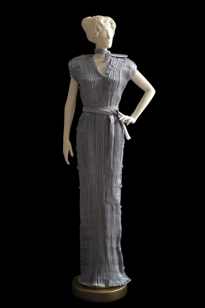 Diva – Statuetta di donna con abito Auriga plissettato in seta grigio perla- Roman