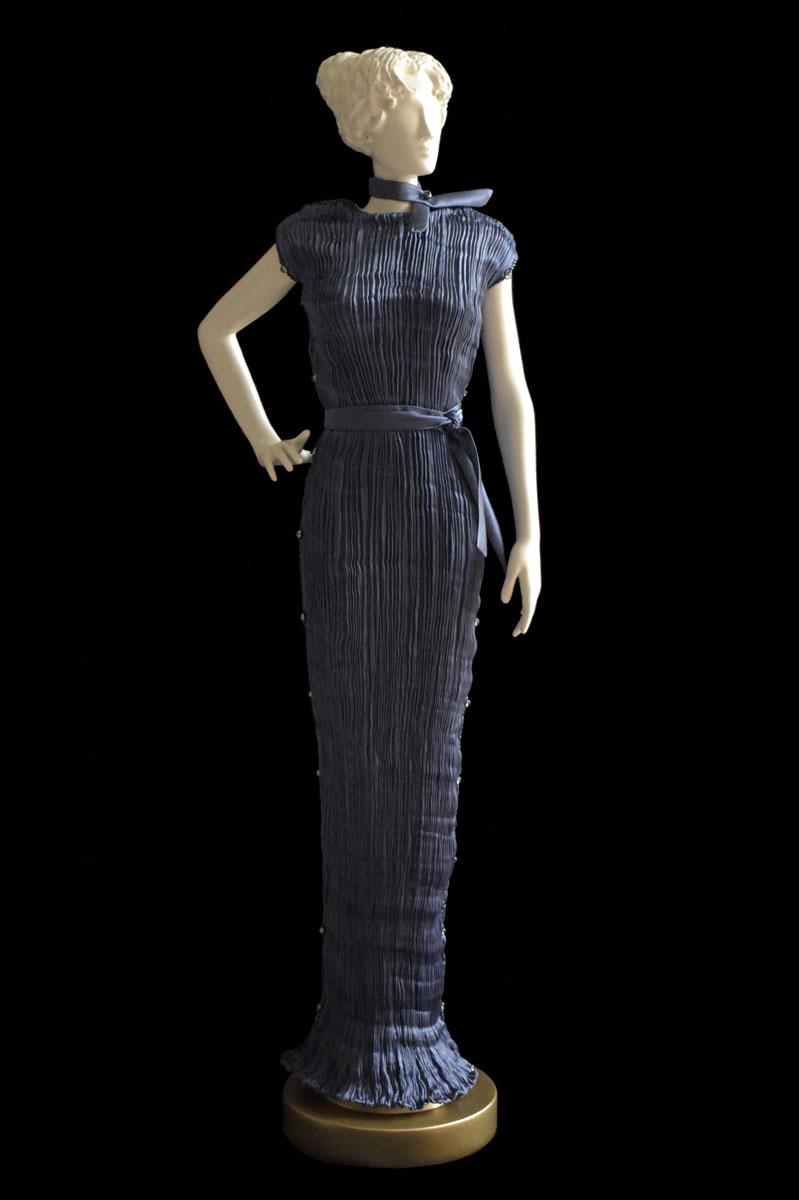 Diva – Statuetta di donna con abito Peggy plissettato in seta grigio blu - Roman