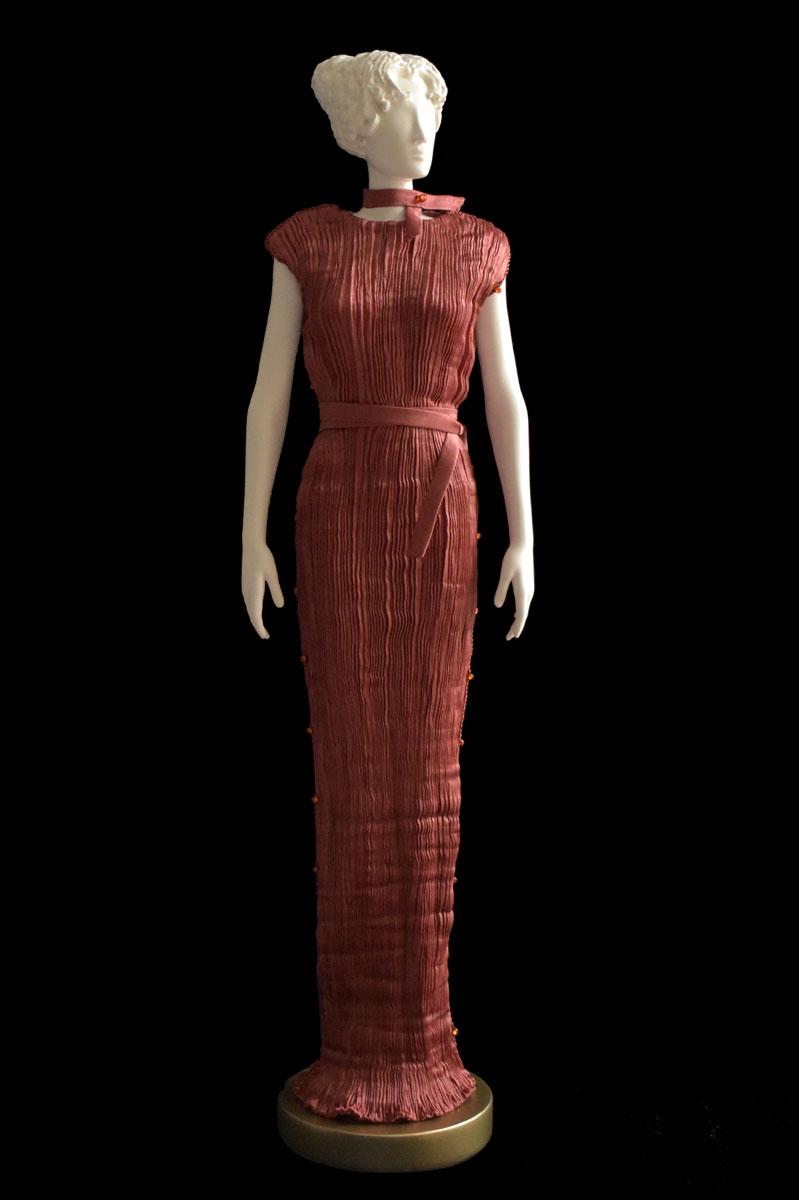 Diva – Statuetta di donna con abito Peggy plissettato in seta ruggine - Roman