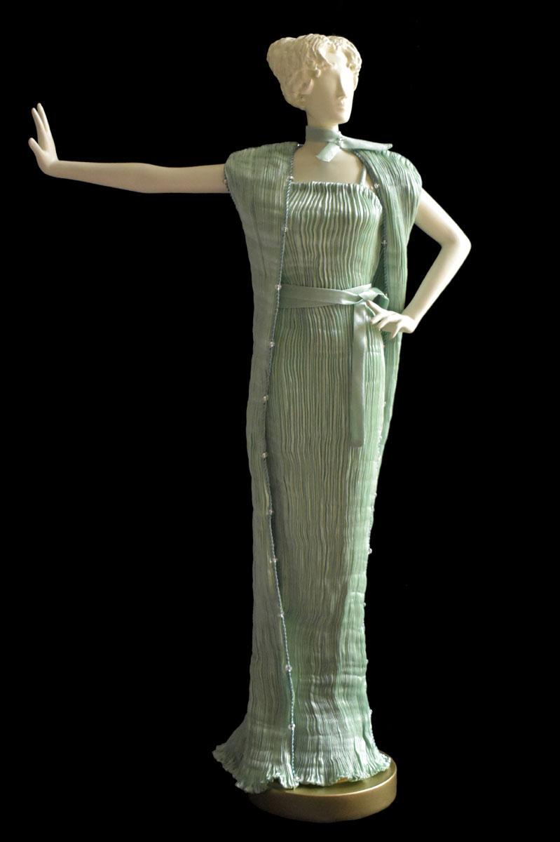 Diva – Statuetta di donna con abito Pretty plissettato e scialle in seta verde opale - Roman